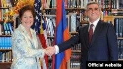 Հայաստանի նախագահ Սերժ Սարգսյանը շնորհավորում է Միացյալ Նահանգների դեսպան Մարի Յովանովիչին ԱՄՆ-ի Անկախության օրվա կապակցությամբ, Երևան, հուլիս, 2009թ․