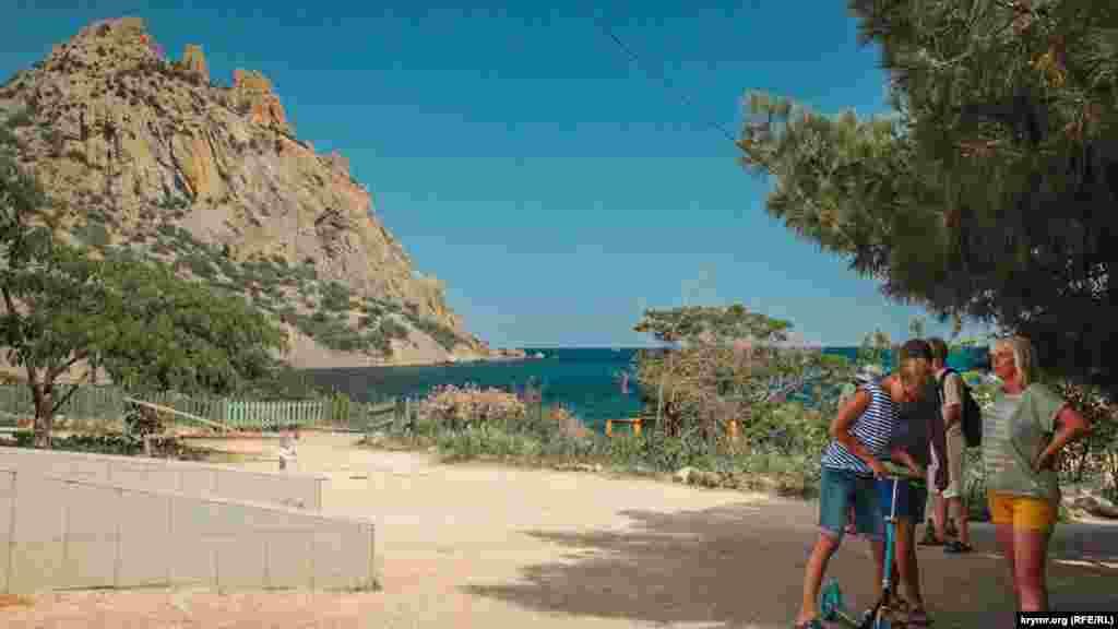 Туристы на фоне горной гряды