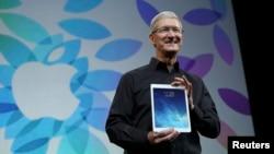 Apple өкілі Тим Кук iPad Air планшетін көрсетіп тұр. Сан-Франциско, 22 қазан 2013 жыл.