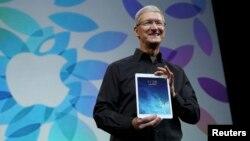 Тим Кук iPad Air җиһазын күрсәтә