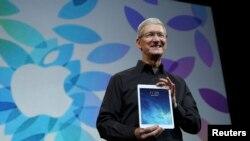 Tim Cook me njërin nga prodhimet e Apple.
