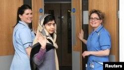 Malala duke dalë nga spitali...
