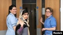 Malala e shoqëruar nga personeli mjekësor në Britani