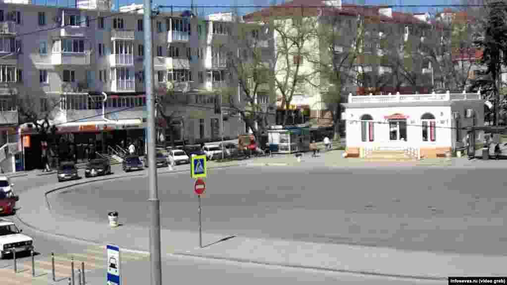Как и на площади Захарова в том же городе