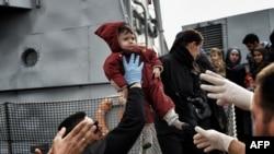 Качкындар менен мигранттар Түркиядан Грецияга Эгей деңизи аркылуу каттоону кыш мезгилинде да токтоткон жок. 17-февраль, 2016-жыл.