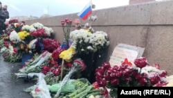Борис Немцов үтерелгән күпердә чәчәкләр