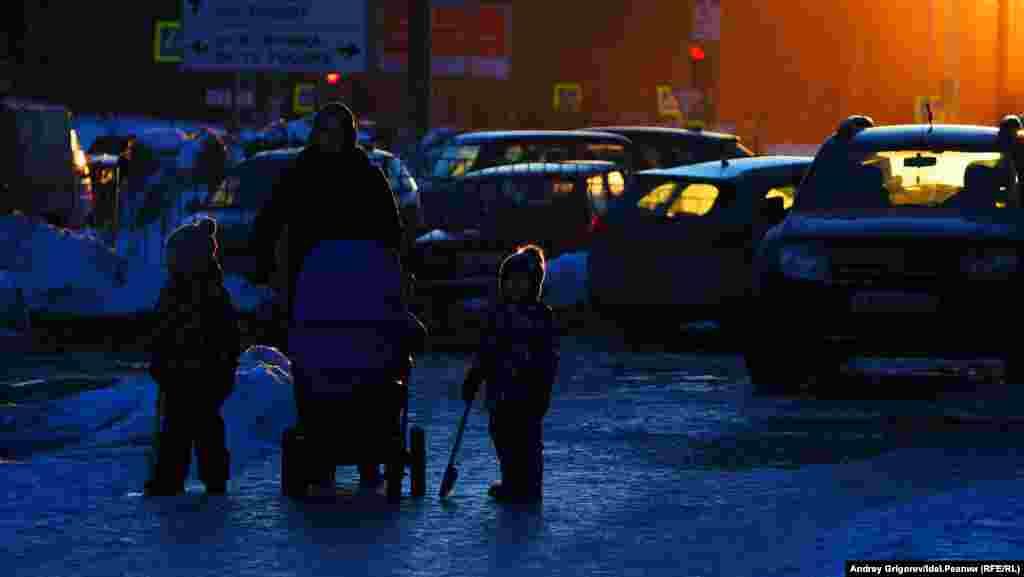 Тот же участок. Тротуар расширяется и превращается в большой ледяной каток.