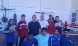Болат Ниязымбетов Ирак ұлттық құрамасының боксшыларымен бірге тұр. Сурет бапкердің жеке мұрағатынан алынды.