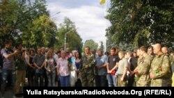 Рідні загиблих під Іловайськом бійців на Алеї Героїв у Дніпропетровську