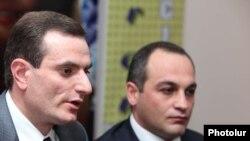 Ազգային ժողովի պատգամավորներ Արտակ Զաքարյանը (ձ) եւ Կորյուն Նահապետյանը մամուլի ասուլիսում: