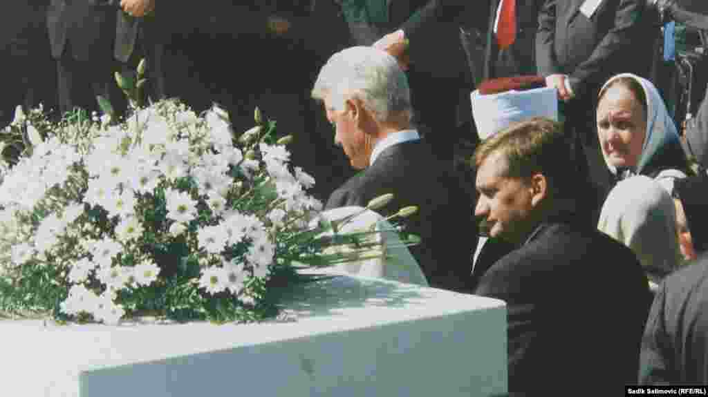 Bivši američki predsjednik Bill Clinton zvanično je otvorio Memorijalni centar Potočari 20. septembra 2003. godine.