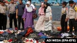 Вещи жертв крушения Boeing 737 индонезийской авиакомпании Lion Air