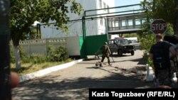 Выезд автомобиля с территории штаба погранотряда. Город Ушарал Алматинской области, 9 июня 2012 года.