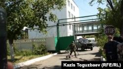 Үшаралдағы шекара жасағы штабының аумағындағы істік темірлі шлагбаум. Алматы облысы, Үшарал, 9 маусым 2012 жыл.