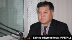 """Бектур Асанов в студии """"Азаттыка"""". 2011 год."""