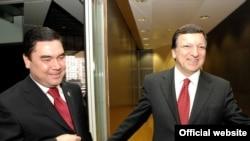 Ýewropa Komissiýasynyň prezidenti Joze Manuel Barroso (sagda) Türkmenistanyň prezidenti Gurbanguly Berdimuhamedowy kabul edýär, Brýussel, 5-nji noýabr, 2007-nji ýyl.
