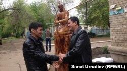 Болат Баймаганбетов (слева) со своим помощником Азаматом Алагузовым на презентации скульптуры. Уральск, 20 мая 2015 года.