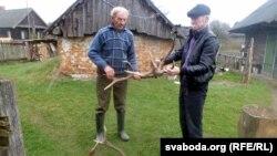 Мікалай Радкевіч (зьлева) паказвае Анатолю Сахарушу рогі ласёў ды аленяў
