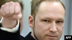 Anders Behring Breivik məhkəmədə ultra-sağçıların salamını verir, 17 aprel 2012-ci il.