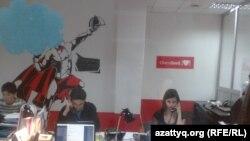 Сотрудники интернет-магазина в своем офисе. Алматы, 5 марта 2014 года.