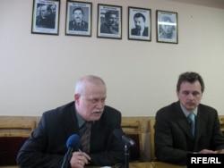 Лідери ОГП Лев Марголін та Анатолій Лебедько під портретами зниклих в офісі партії