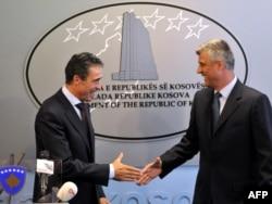 Ish-sekretari i Përgjithshëm i NATO-s, Anders Fogh Rasmussen dhe Hashim Thaçi. Prishtinë, shtator, 2011.