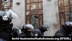 Силовики біля будівлі офісу організації «Росспівробітництво», яку атакували ультраправі активісти на чолі з Миколою Коханівським, 18 лютого 2018 року