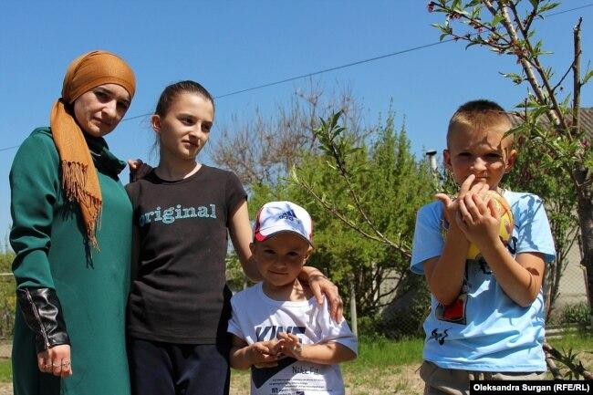 Супруга Наримана Мемедеминова с детьми, архивное фото