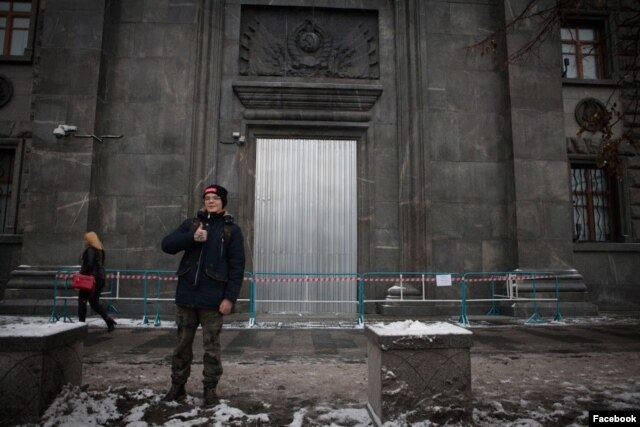 Глеб Астафьев у двери ФСБ, которую поджег Петр Павленский