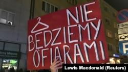 Плякат «Ня будзем ахвярамі» на жаночай дэманстрацыі ў Гдыні, 23 кастрычніка 2020