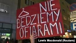 """""""Мы не будем жертвами"""" - плакат в руках одной из участниц акции протеста в польском городе Гдыня"""