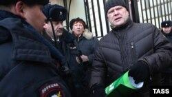 Сергей Митрохин на одной из акций протеста у здания Администрации президента РФ, Москва, январь 2016