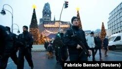 Сотрудники полиции у рождественской ярмарки, где произошло нападение.