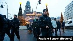 Вооруженные полицейские во время патрулирования Берлина. 22 декабря 2016 года. Иллюстративное фото.