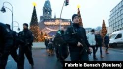Сотрудники полиции у рождественской ярмарки, где произошло нападение