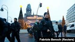 Берлин көшелерінде қарауылдап жүрген полиция қызметкерлері. 22 желтоқсан 2016 жыл (Көрнекі сурет).