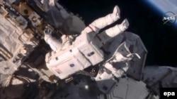 Кейт Рубинс и Джефф Уильямс во время выхода в открытый космос 19 августа 2016 года.