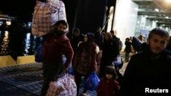 Мигранти од Лезбос пристигнуваат во Пиреа
