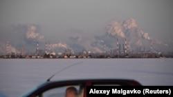 Automobil prolazi pored rafinerije nafte Gazprom Neft u Omsku, Rusija, 10. februara 2020. godine.