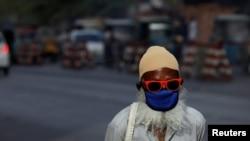 په کراچۍ کې يو سړي له کورونا وایرسه خونديتوب لپاره ماسک اغوستی دی
