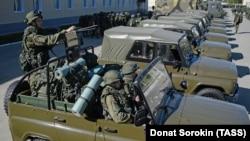 Военные мотострелковой бригады в России.