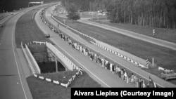 Учасники акції «Балтійський шлях», Латвія, 1989 рік. 600-кілометровий «живий ланцюг» з'єднав Вільнюс, Ригу і Таллінн