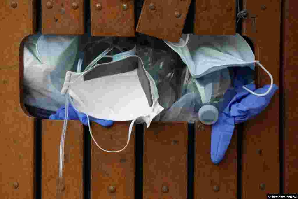 Переповнений використаними масками та рукавичками міський смітник у Нью-Йорку.