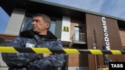 Співробітник охоронної служби біля ресторану швидкого харчування Макдоналдс на привокзальній площі залізничного вокзалу Сімферополя