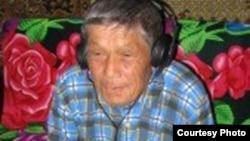Иван Скобин, носитель среднечулымского языка, слушает аудиозапись на своем языке. Фото предоставлено «Институтом языков в опасности».