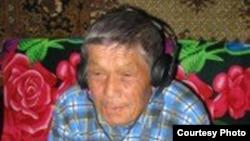 Иван Скобин өзі сөйлейтін орта чұлым немесе өс тіліндегі аудиожазбаны тыңдап отыр. «Жойылып кету қаупі төніп тұрған тілдер институтының» суреті.