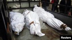 Хомстағы Бәд Амро сунниттер ауданын үкімет күштері бомбалаған кезде қаза тапқан белсенділердің мәйіттері. Сирия, 8 ақпан 2012 жыл.