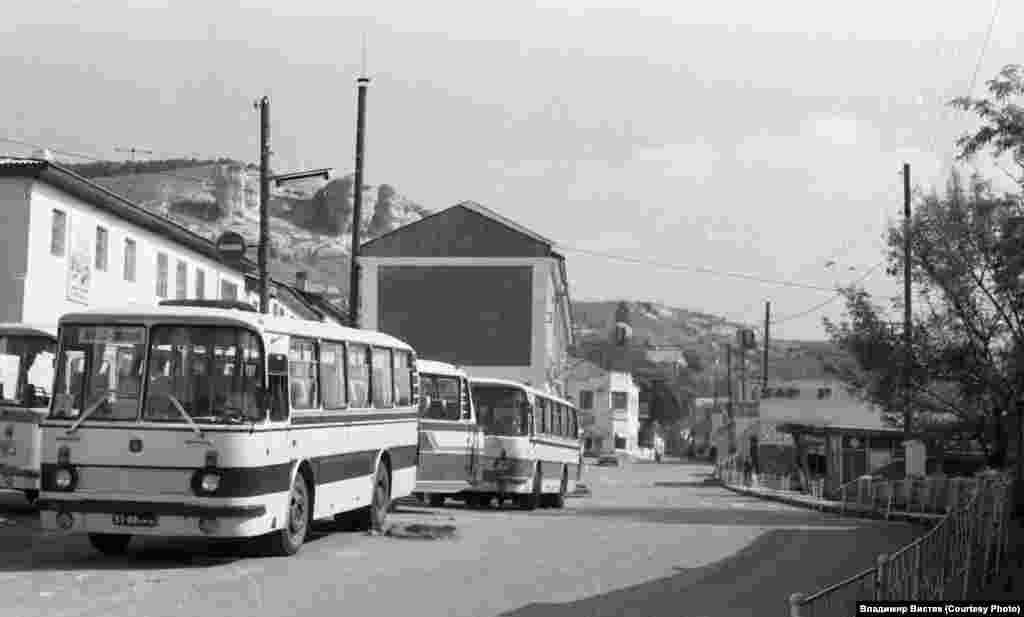 Туристические автобусы у входа во дворец, первый – из Ялты