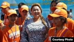 Председатель молодежного движения «За будущее Казахстана» Бахыт Сыздыкова с юными волонтерами.