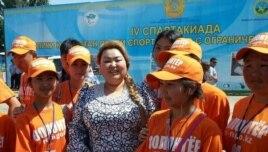 Бақыт Сыздықова (ортада) мүмкіндігі шектеулі адамдардың спартакиадасында волонтер жастармен бірге тұр.